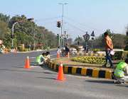 لاہور: پینٹر سائیڈ لائن پینٹ کرنے میں مصروف ہیں۔