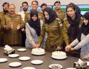 لاہور: خواتین کے عالمی دن کے موقع پر سی سی پی او آفس میں خواتین پولیس ..