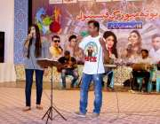 ملتان: عید یوتھ فیسٹیول کے موقع پر فنکار اپنے فن کا مظاہرہ کر رہے ہیں۔