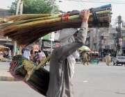 راولپنڈی: گلی گلی چٹایاں فروخت کرنیوالا ایک محنت کش سر پر سامان رکھے ..