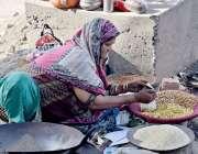 لاہور: ایک بھٹارن کھانے کی اشیاء فروخت کررہی ہے۔