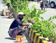 حیدر آباد: ایچ ایم سی اہلکار فٹ پاتھ کو رنگ کرنے میں مصروف ہیں۔