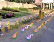 سرگودھا: دکاندار نے سڑک کنارے فروخت کے لیے کھلونے سجا رکھے ہیں۔
