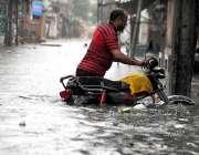 راولپنڈی: شہر میں ہونے والی موسلا دھار بارش کے بعد جمع شدہ پانی سے موٹر ..
