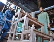 اسلام آباد: کمسن کارپینٹر اپنی ورکشاپ میں فرنیچر بنانے میں مصروف ہیں۔