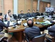 کراچی: آئی جی سندھ ڈاکٹر سید کلیم امام اعلیٰ سطحی اجلاس کی صدارت کررہے ..
