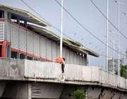 پشاور: مزدور بی آر ٹی سٹیشن کے تعمیراتی کام میں مصروف ہے۔