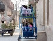 فیصل آباد:نشاط آباد کے علاقے میں جھولوں سے لطف اندوز ہونے والے بچے