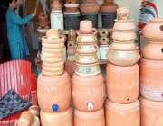 راولپنڈی: دکاندار نے گاہکوں کو متوجہ کرنے کے لیے مٹی کے برتن سجا رکھے ..