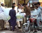 راولپنڈی: دکاندار برف فروخت کررہا ہے۔