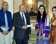 لاہور: گورنر پنجاب چوہدری محمد سرور ہونہار طالبہ کو ملاقات کے بعد نقد ..