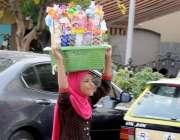 راولپنڈی: کم سن بچی گھر کی کفالت کے لیے صدر بازار میں بچوں کے کھلونے ..