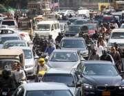 کراچی: نجی بینک میں لگنے والی آگ کے باعث شدید ٹریفک جام کا منظر۔