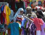 سرگودھا: عید کی تیاریوں میں مصروف خواتین کپڑے خرید رہی ہیں۔