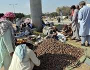 اسلام آباد: جے یو آئی-ایف کے آزادی کے شرکاء شاہراہ کشمیر کے کنارے فروشوں ..