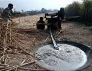 بہاولپور: کسان روایتی انداز سے گڑھ تیار کرنے میں مصروف ہے۔