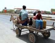 حیدر آباد: خانہ بدوش پانی کے کین بھر کر لیجا رہا ہے۔