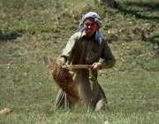 اسلام آباد: وفاقی دارالحکومت میں ایک مزدور کھدائی کے کام میں مصروف ..