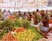 کوئٹہ: شہری رمضان سستا بازار سے سبزیاں اور پھل خرید رہے ہیں۔