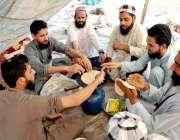 اسلام آباد: وفاقی دارالحکومت میں شاہراہ کشمیر پر دھرنے کے دوران جے ..