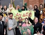 لاہور : مسلم لیگ (ن) کے رہنما حاجی امداد سین کی قیادت میں لیگی کارکنان ..