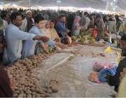 راولپنڈی: شہری کمیٹی چوک رمضان سستا بازار سے خریداری کر رہے ہیں۔