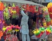 لاہور: دکاندار قربانی کے جانوروں کا آرائشی سامان فروخت کے لیے سجا رہا ..