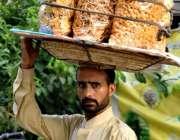 لاہور: ایک محنت کش کھانے پینے کی اشیاء فروخت کرنے کیلئے جارہا ہے۔