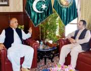 پشاور: گورنر خیبر پختونخواہ شاہ فرمان سے افغانستان کے سفیر عاطف مشعال ..