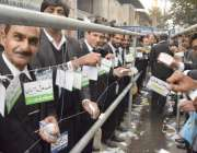 لاہور: بار ایسوسی ایشن کے سالانہ انتخابات کے موقع پر وکلاء ووٹ کاسٹ ..
