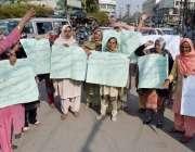 لاہور: کامونکی کی رہائشی خواتین اپنے مطالبات کے حق میں پریس کلب کے باہر ..