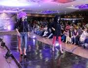 لاہور: مقامی ہوٹل میں مونی خان کی جانب سے منعقدہ فیشن شو میں ماڈلز ریمپ ..