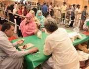 لاہور: خواتین شادمان رمضان بازار میں قطار میں کھڑی ہو کر چینی خرید رہی ..