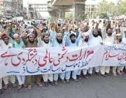 لاہور: تحفظ ناموس رسالت محاذ کے کارکن داتا دربار کے باہر اپنے مطالبات ..