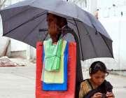 اسلام آباد: وفاقی دارالحکومت میں محنت کش شاپنگ بیگ فروخت کررہا ہے۔