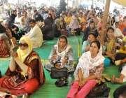 کراچی: پریس کلب کے سامنے سندھ نرسز الائنس کی نرسز بھوک ہڑتالی کیمپ میں ..