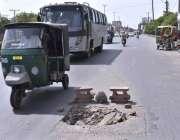 فیصل آباد: سڑک کے درمیان میں پی ٹی ایل کا ٹوٹا ہوا مین ہول کی حادثے کا ..