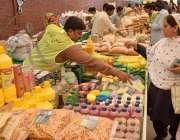 لاہور: ایک خاتون رمضان بازار سے خریداری کررہی ہے۔