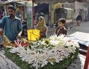 فیصل آباد: ایک دکاندار مولی بیچ رہا ہے۔