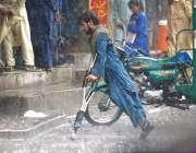 راولپنڈی: بارش کے دوران سڑک عبور کرتا ہوا ایک معذور شخص