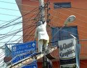 ملتان: واپڈا اہلکار سٹریٹ لائٹس مرمت کرنے میں مصروف ہے۔