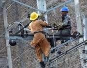 پشاور: واپڈا اہلکار بجلی کی تاریں مرمت کرنے میں مصروف ہیں۔