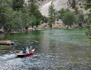 گلگت: سیرو تفریح کے لیے آئی فیملی جھیل میں کشتی رانی کی سیر سے لطف اندوز ..