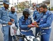 راولپنڈی: ٹریفک وارڈن اپنے ساتھی اہلکاروں میں افطاری کی اشیاء تقسیم ..