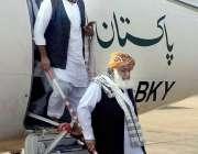کراچی : جے یو آئی کے قائد مولانافضل الرحمن الیکشن کمیشن آفس کے سامنے ..