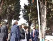 گلگت : وزیراعظم عمران خان گلگت آزادی پریڈ تقریب میں پرچم کشائی کر رہے ..