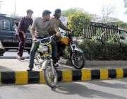 راولپنڈی: مری روڈ پر ٹریفک جام کے باعث موٹر سائیکل سوار شارٹ کٹ کے لیے ..