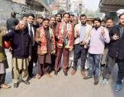 لاہور: تحریک انصاف کے مرکزی رہنما عبدالعلیم خان کی پیشی کے موقع پر کارکن ..