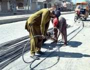 سیالکوٹ: مزدور سریا سیدھا کرنے کی کوشش کر رہے ہیں۔