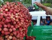 راولپنڈی: ریڑھی بان لیچی کا ترو تازہ رکھنے کے لیے پانی کا چھڑکاؤ کر ..